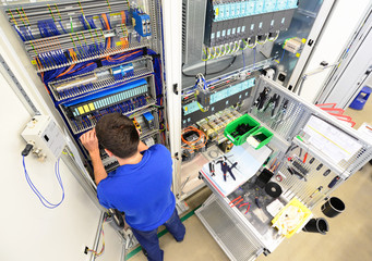 Elektriker montiert Schaltschrank