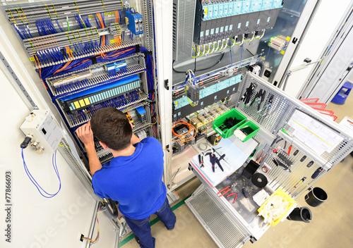 Elektriker montiert Schaltschrank - 77866693