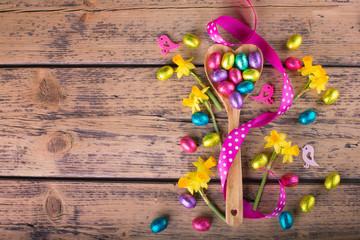 Ostern, Hintergrund mit Ostereiern und Blumen