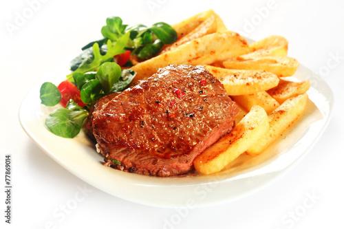 Mięso z grilla dla smakoszy z frytkami na talerzu