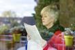 Seniorin mit Zeitung