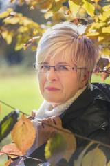 Seniorin im Herbst