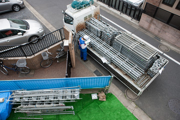 住宅建設 トラックに積載された足場