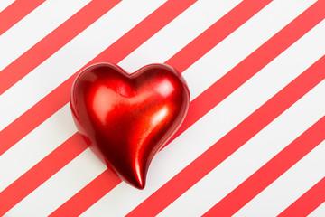 Rotes Herz auf gestreifem Hintergrund