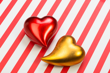Zwei Herzen auf Querstreifen