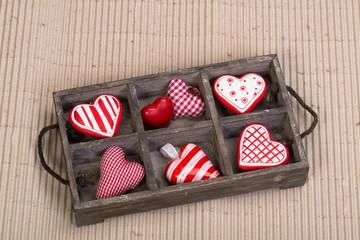 Viele Herzen in Holzbox
