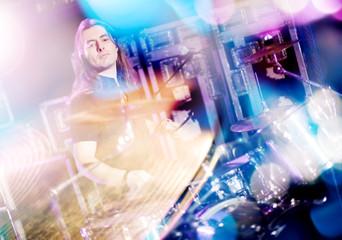 Hombre tocando la bateria . Fondo de música en vivo