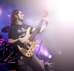 Hombre tocando el bajo electrico . Fondo de música en vivo