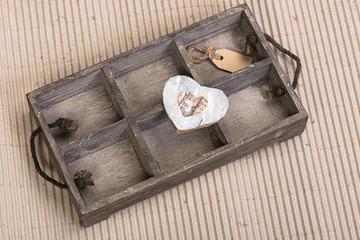 Herz aus Holzrinde auf einem Kasten