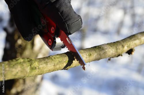 Aluminium Kamperen survival knife in the winter scenery