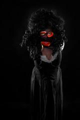 böse Hexe vor schwarzem Hintergrund