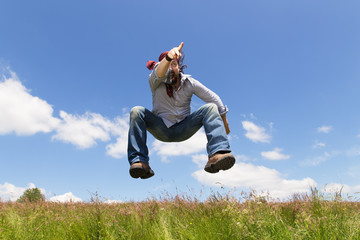 springender Mann deutet in eine Richtung