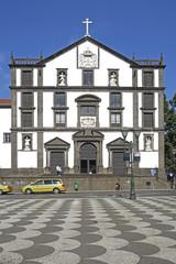 Funchal, Rathausplatz mit Kollegiumskirche.