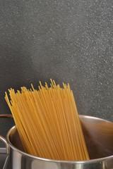 Hirviendo espaguetis en una olla.cocinando pasta.