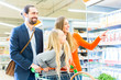 canvas print picture - Familie mit Einkaufswagen im Supermarkt