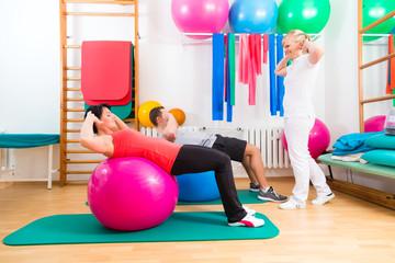 Physiotherapeut gibt Patienten Gymnastik Übung