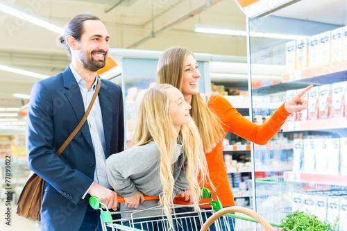 canvas print picture Familie mit Einkaufswagen im Supermarkt