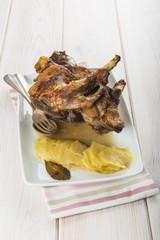 Carne de pierna de cordero asada en la cocina del restaurante