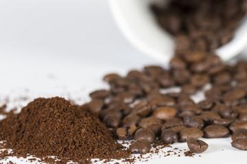Kaffeebohnen mit Tasse und Pulver