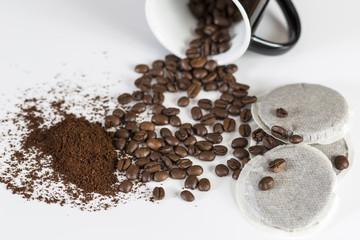 Kaffeebohnen, Pads und Pulver mit Tasse