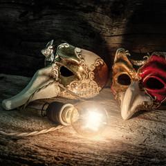 coppia di maschere con lampadina