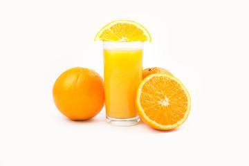 Orangensaft mit Frucht, weißer Hintergrund