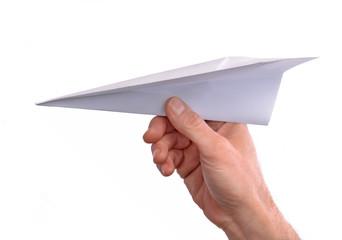 Mano lanzando un avion de papel en fondo blanco.