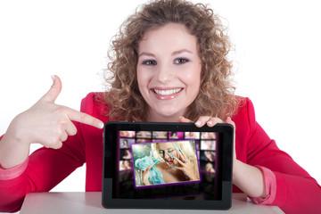 Junge Frau macht Werbung mit Tablet für Nagelstudio