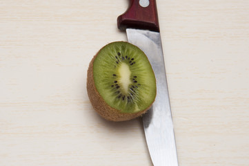 разрезанный плод киви