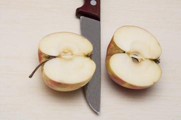 разрезанный плод яблока