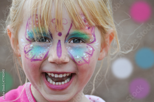 Leinwandbild Motiv kunterbuntes Kinderfest - geschminktes Mädchen