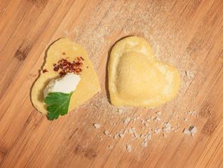 Raviolo fresco con ripieno di ricotta e peperoncino