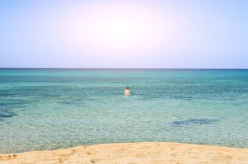 Darse un baño en las aguas del Mediterráneo, en Menorca, España