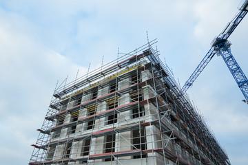 Neubau mit Gerüst und Kran