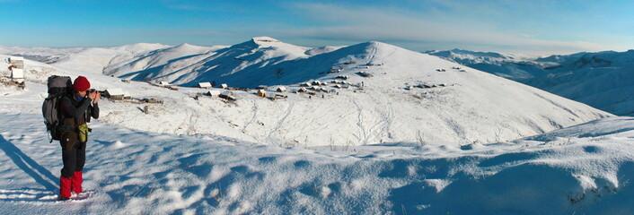 Туристы в снежных горах Армении