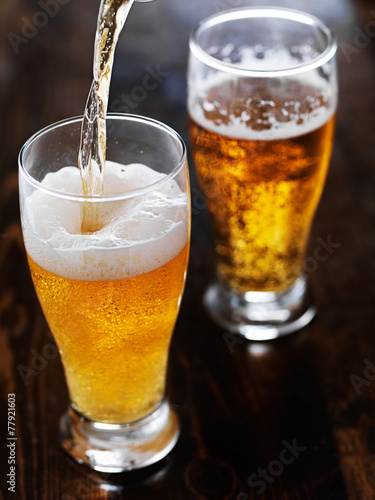 Papiers peints Biere, Cidre pouring beer into a tall mug on slate table