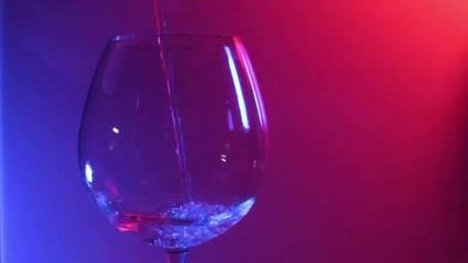 Vino versato nel bicchiere 02