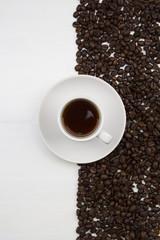 Kaffeetasse und kaffeebohnen auf weißem Hintergrund