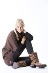 Junge modische Frau, braune Stiefel, Pullover