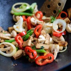 Tofu und Gemüse anbraten