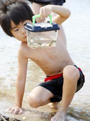 海水浴する男の子