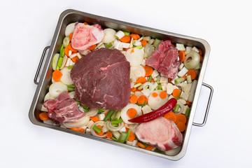 Rinderbraten mit Gemüse und Markknochen