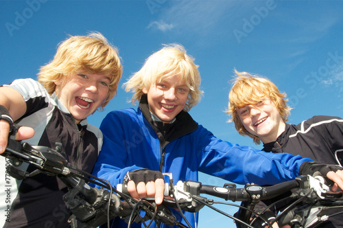 Leinwanddruck Bild Drei Kinder mit Mountainbikes