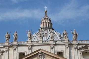 Statuen auf dem Petersdom in Rom