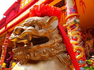 廟の門前に佇む金獅子
