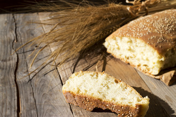 Sfondo pane e spighe di grano su legno