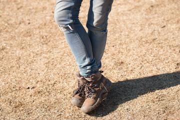 穴の開いたジーンズを履いた女性の足
