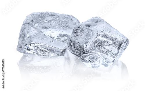 Zwei Eiswürfel mit Reflexion - 77949479