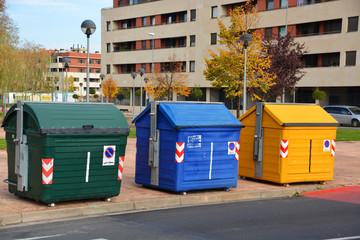 contenedores para separar residuos en la calle