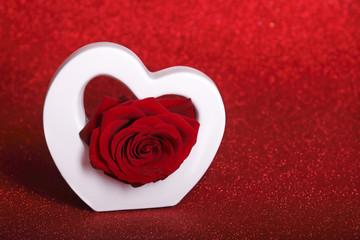 weisses herz mit rose